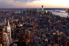 Horizon de New York City au crépuscule Photos libres de droits