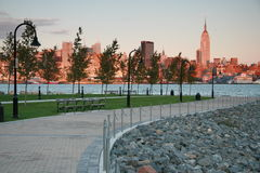 Horizon de New York City au crépuscule de Hoboken, NJ Photographie stock libre de droits