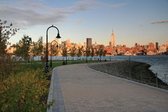 Horizon de New York City au crépuscule de Hoboken, NJ Image stock