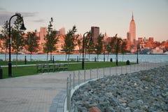 Horizon de New York City au crépuscule de Hoboken, NJ Photographie stock libre de droits