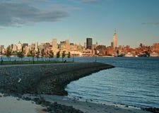 Horizon de New York City au crépuscule de Hoboken, NJ Photo libre de droits