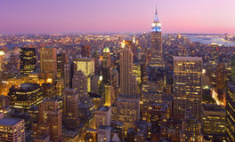 Horizon de New York City au crépuscule, NY, Etats-Unis Image stock