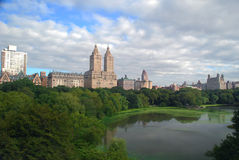 Horizon de New York City au-dessus de Central Park Photographie stock libre de droits