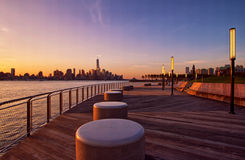 Horizon de New York City au lever de soleil Photographie stock