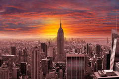 Horizon de New York City avec un coucher du soleil Images stock