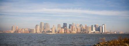 Horizon de New York City dans le coucher du soleil d'automne Image stock