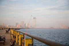 Horizon de New York City dans le coucher du soleil d'automne images stock