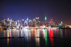 Horizon de New York City la nuit Photographie stock