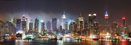 Horizon de New York City la nuit Images stock