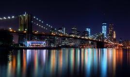 Horizon de New York City la nuit Photographie stock libre de droits