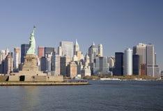 Horizon de New York et statue de la liberté Images libres de droits