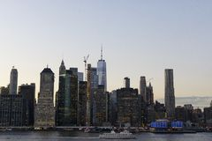 Horizon de New York la nuit coucher du soleil image libre de droits