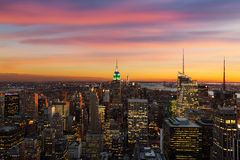 Horizon de New York pendant le coucher du soleil Photo libre de droits