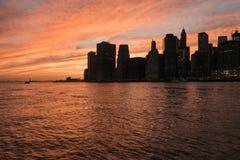 Horizon de New York pendant le coucher du soleil Photographie stock