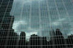 Horizon de New York réfléchi sur des hublots Images stock
