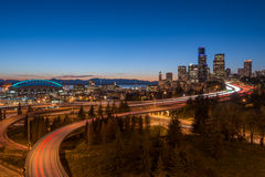 Horizon de nuit de Seattle Photographie stock libre de droits