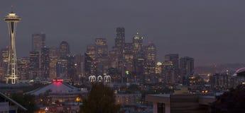 Horizon de panorama de Seattle la nuit Photographie stock libre de droits