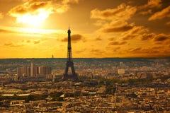 Horizon de Paris au coucher du soleil Image stock