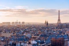 Horizon de Paris avec Tour Eiffel au coucher du soleil Photographie stock