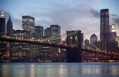 Horizon de passerelle et de Manhattan de Brooklyn Photographie stock