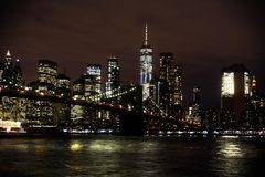 Horizon de passerelle et de Manhattan de Brooklyn la nuit images libres de droits