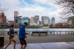 Horizon de paysage urbain de Portland Orégon avec des coureurs Photographie stock libre de droits