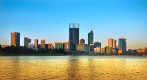 Horizon de Perth au crépuscule Photographie stock libre de droits