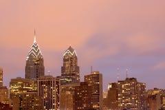 Horizon de Philadelphie avec le ciel rose de soirée Photos stock