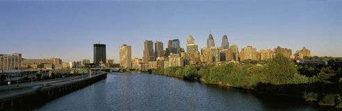 Horizon de Philadelphie avec le fleuve de Schuylkill Photo stock