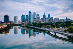 Horizon de Philadelphie la nuit Photos stock