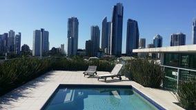 Horizon de piscine de dessus de toit Images stock