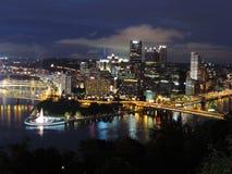 Horizon de Pittsburgh au crépuscule Image libre de droits