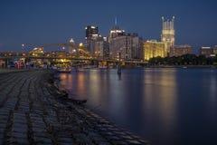 Horizon de Pittsburgh la nuit photographie stock libre de droits