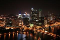 horizon de Pittsburgh s de nuit images libres de droits