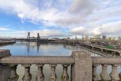 Horizon de Portland et vue du nord-est de pont en acier photographie stock