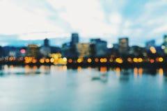 Horizon de Portland, Orégon, au crépuscule et hors focale Image stock