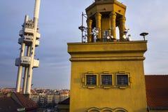 Horizon de Prague avec l'émetteur de tour de télévision de Zizkov, République Tchèque Photographie stock