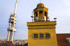 Horizon de Prague avec l'émetteur de tour de télévision de Zizkov, République Tchèque Image stock