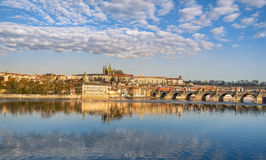 Horizon de Prague et réflexion de l'eau Image stock