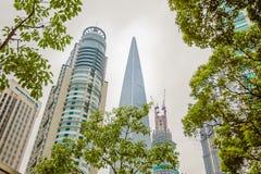 Horizon de région de Pudong avec beaucoup de gratte-ciel et d'arbres images stock