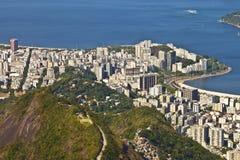 Horizon de Rio de Janeiro avec le favela sur les collines de la montagne Photos stock