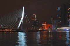 Horizon de Rotterdam avec le pont d'Erasmus, Pays-Bas photo stock