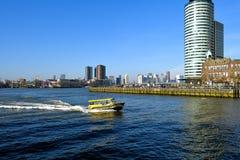 Horizon de Rotterdam du centre vu du quai de Katendrecht un jour exceptionnellement chaud de février image stock