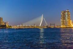 Horizon de Rotterdam pendant la nuit avec le pont d'Erasmus aux Pays-Bas Hollande photographie stock