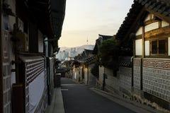Horizon de Séoul Corée avec le secteur historique de Bukchon Hanok dans Seou Photo stock
