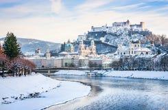 Horizon de Salzbourg avec la rivière Salzach en hiver, terre de Salzburger, Autriche Photo libre de droits