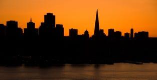 Horizon de San Francisco au coucher du soleil Photos stock