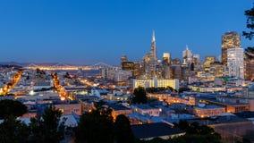Horizon de San Francisco au coucher du soleil photographie stock libre de droits