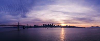 Horizon de San Francisco au coucher du soleil photographie stock