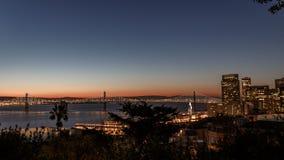 Horizon de San Francisco au coucher du soleil image stock